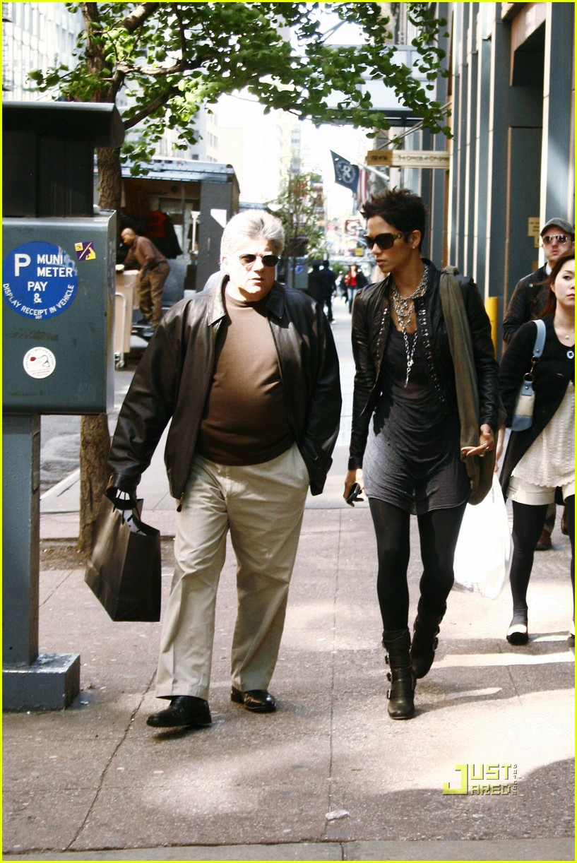halle berry manager holding hands 052446639