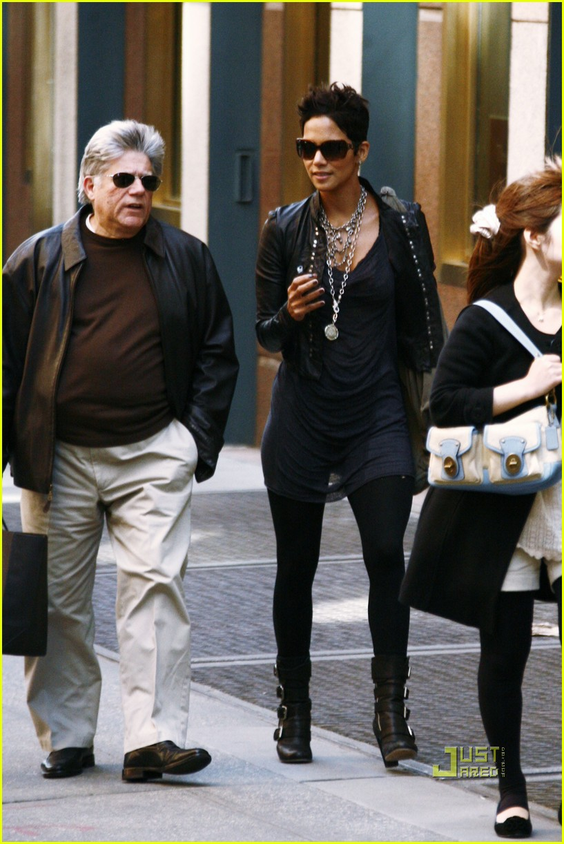 halle berry manager holding hands 062446640
