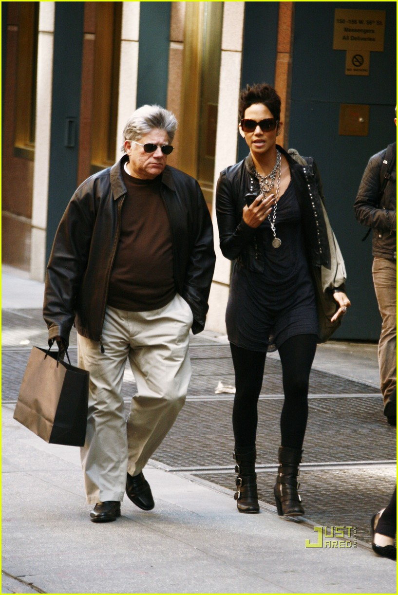 halle berry manager holding hands 072446641