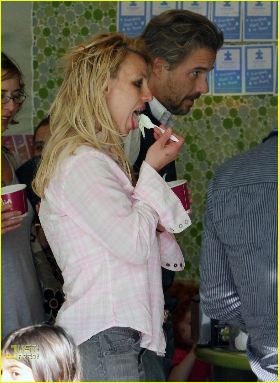britney spears menchies frozen yogurt jason trawick 012440285