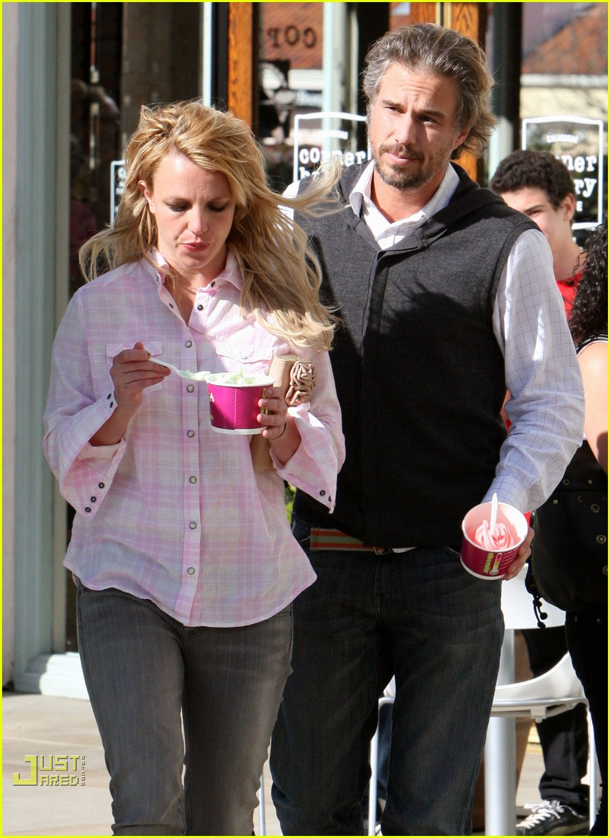 britney spears menchies frozen yogurt jason trawick 102440294