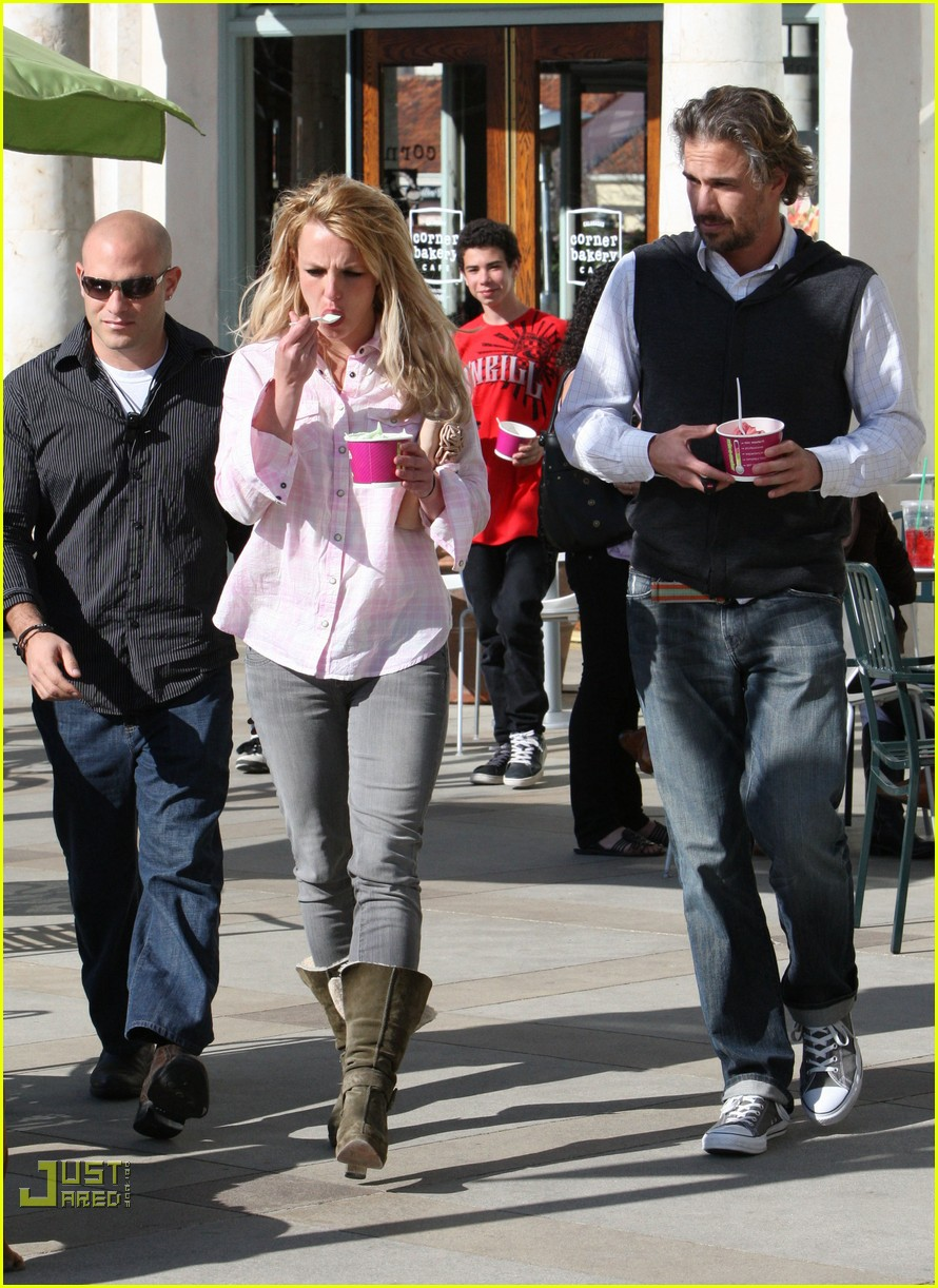 britney spears menchies frozen yogurt jason trawick 152440299