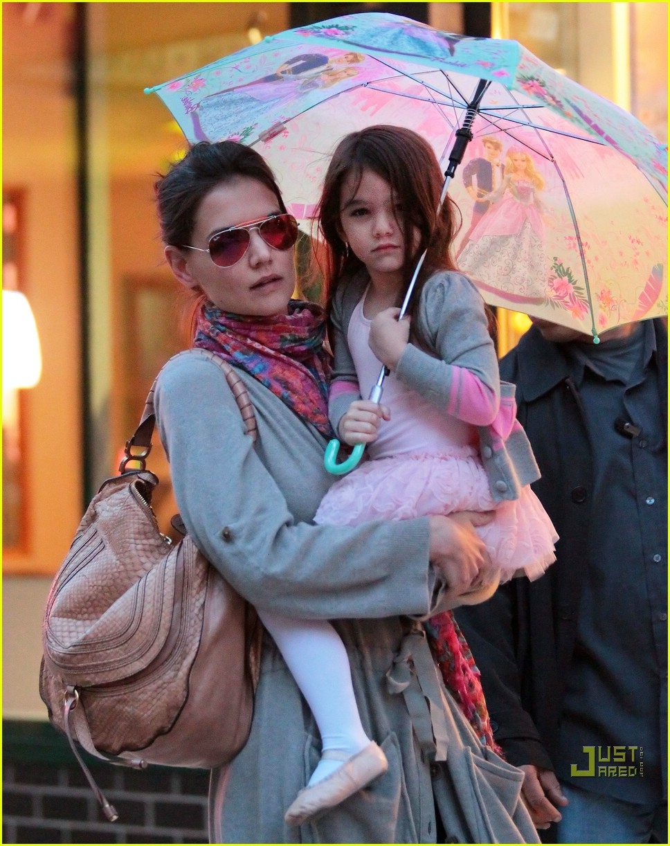 suri cruise umbrella new york 012439360