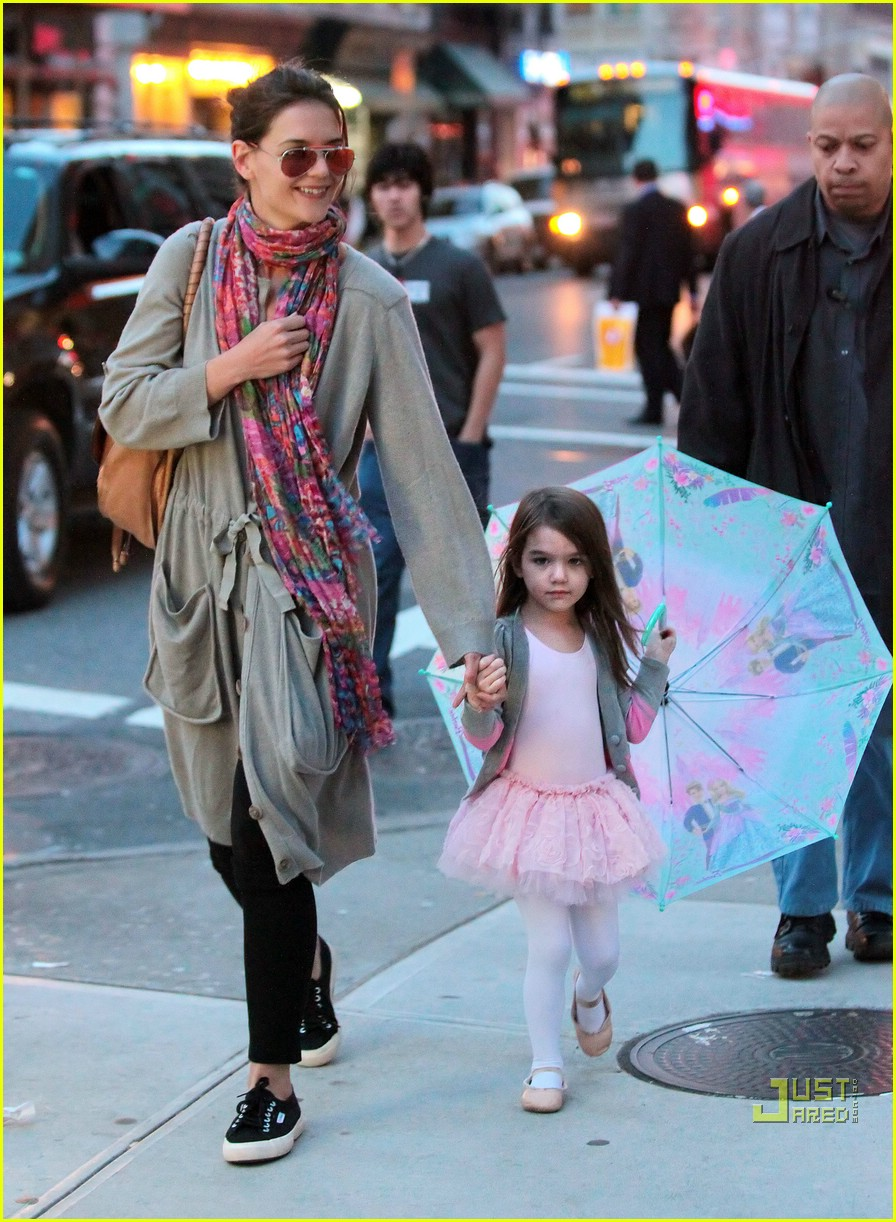 suri cruise umbrella new york 032439362