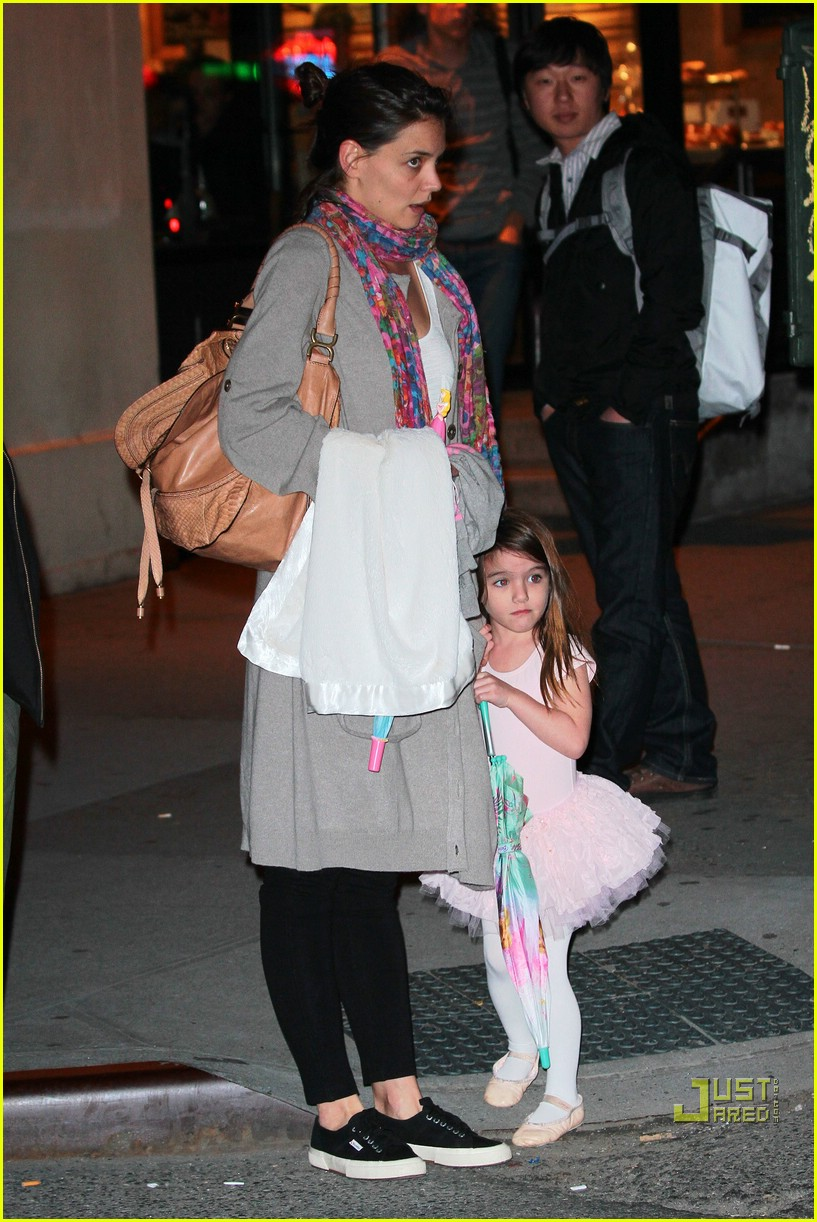 suri cruise umbrella new york 052439364