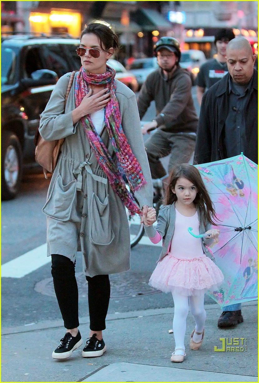 suri cruise umbrella new york 062439365