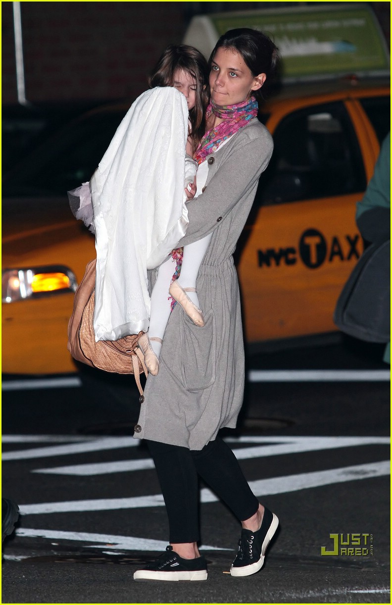 suri cruise umbrella new york 09