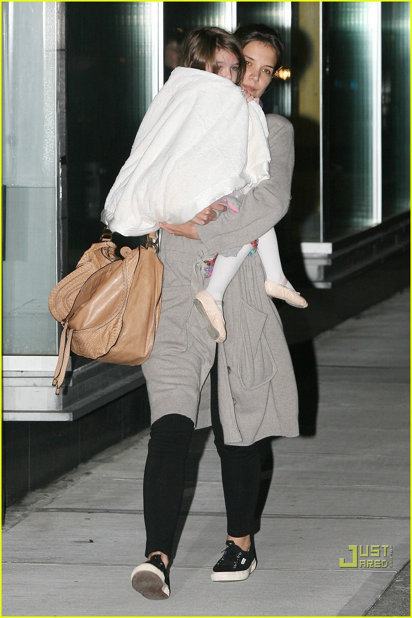 suri cruise umbrella new york 122439371