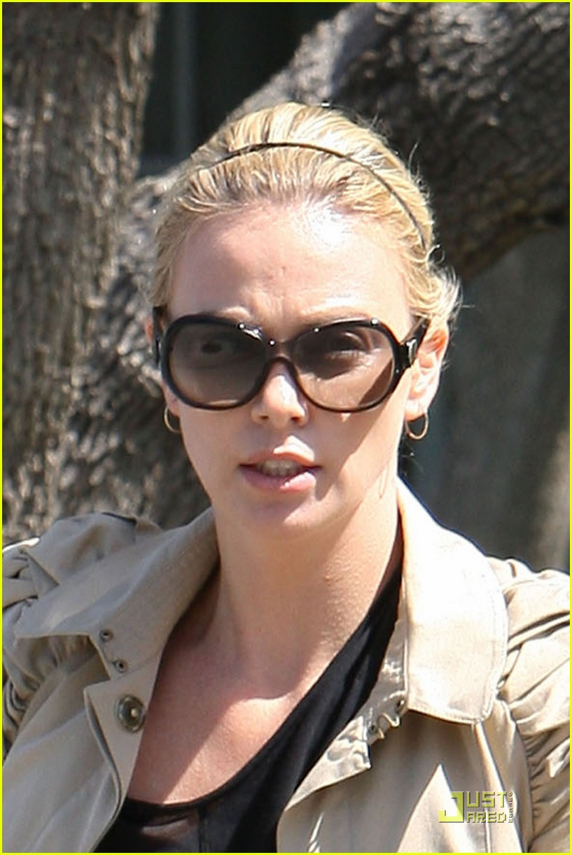 charlize theron food friends 012439406