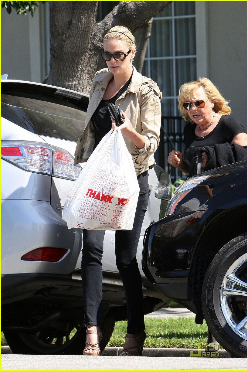 charlize theron food friends 022439407
