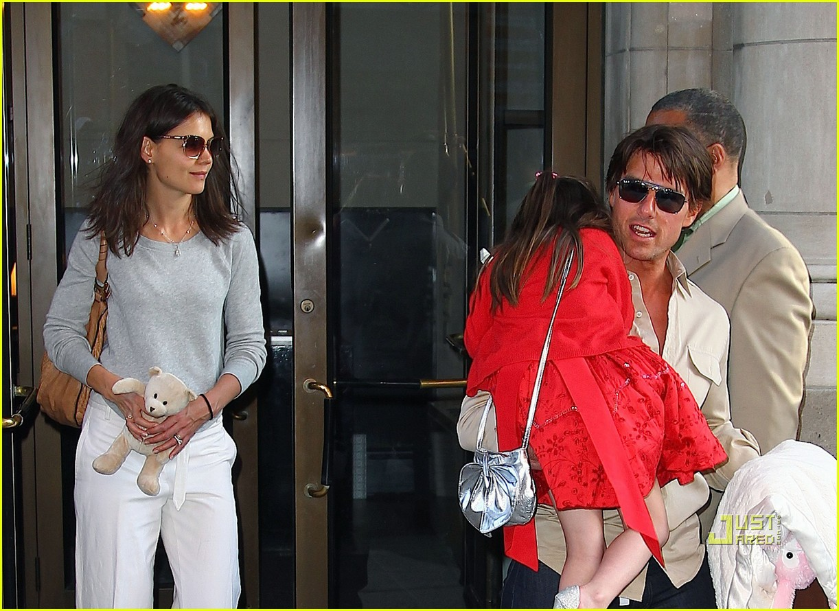 tom cruise katie holmes suri see a show nyc 01