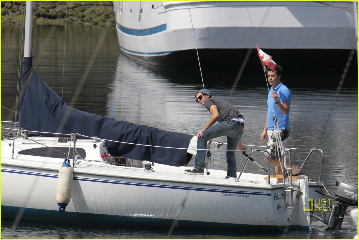 zac efron sailing vancouver 012451847