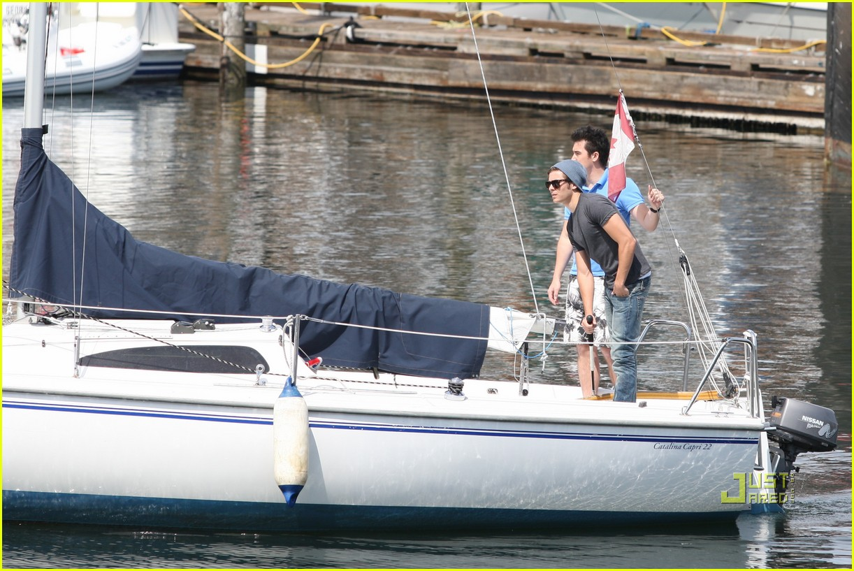 zac efron sailing vancouver 25