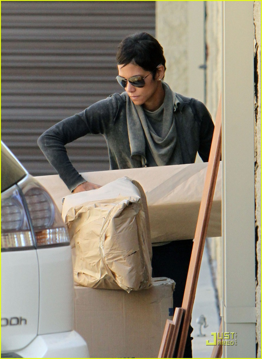 halle berry gets down and dirty 092453326