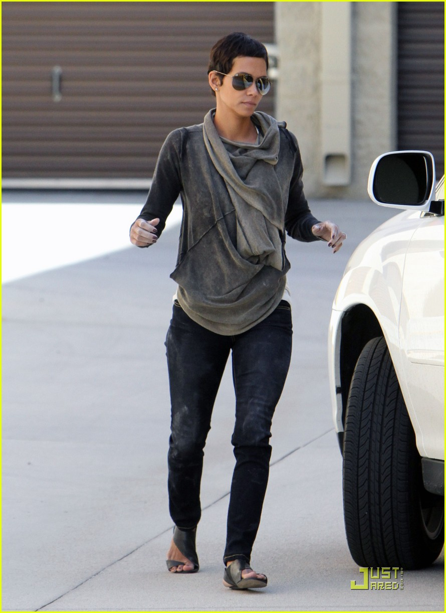 halle berry gets down and dirty 162453333