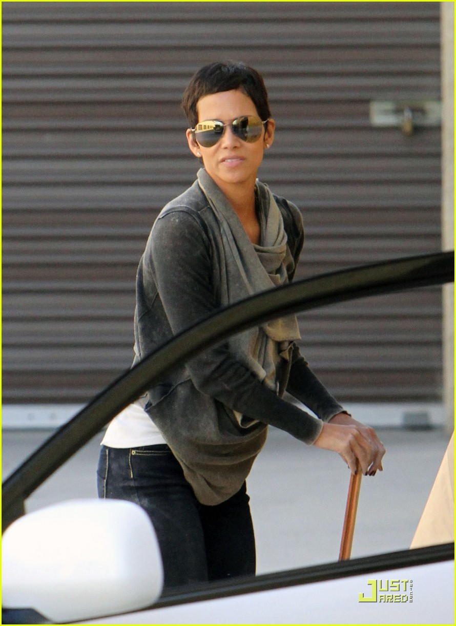 halle berry gets down and dirty 18