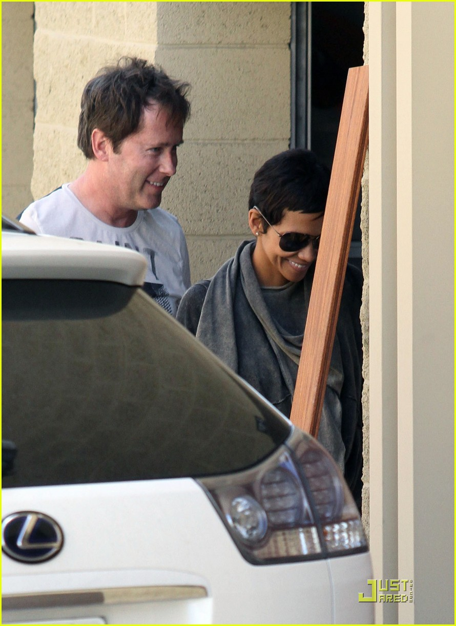 halle berry gets down and dirty 192453336
