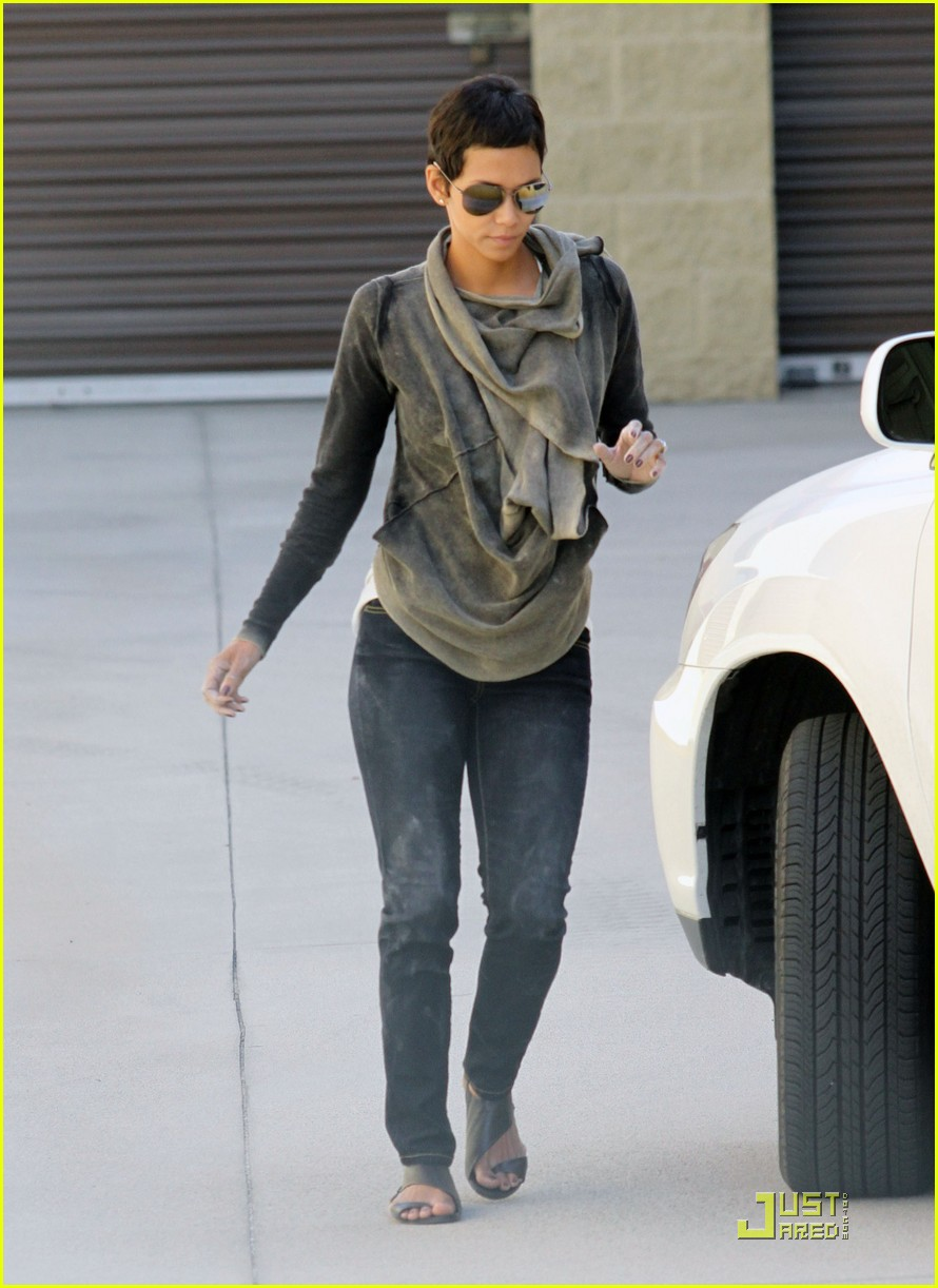 halle berry gets down and dirty 242453341