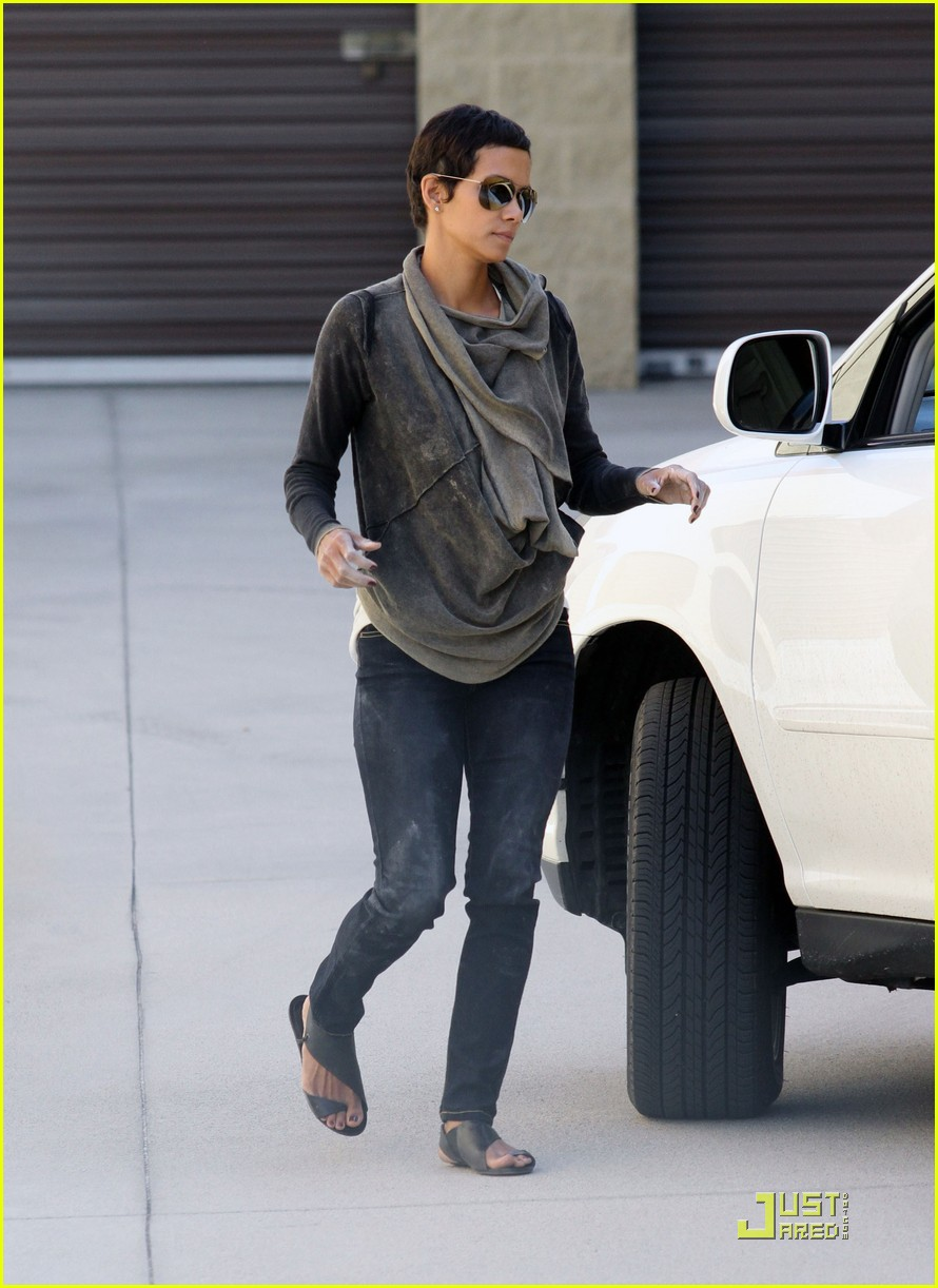 halle berry gets down and dirty 26