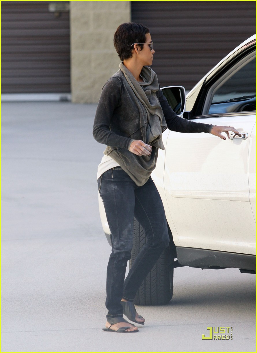 halle berry gets down and dirty 282453345