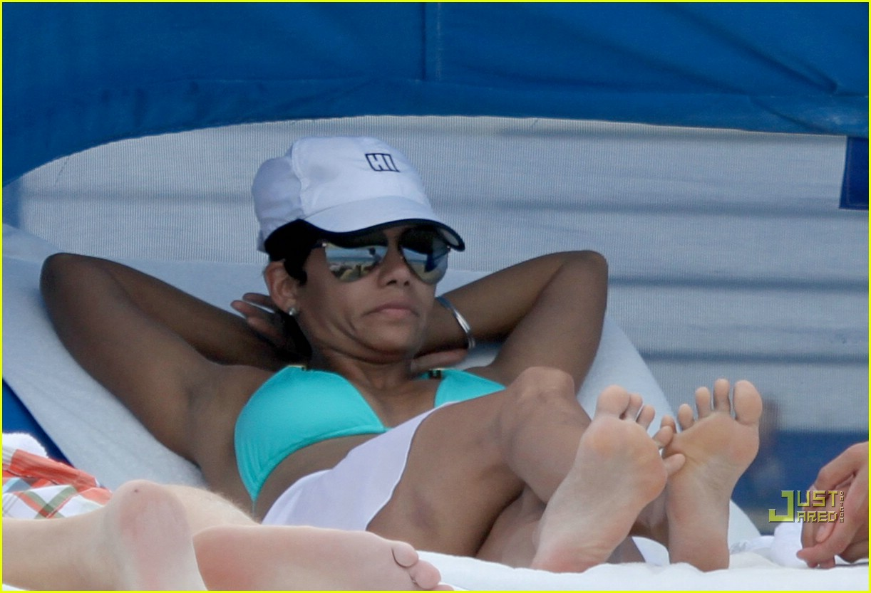 halle berry miami beach babe 032455151