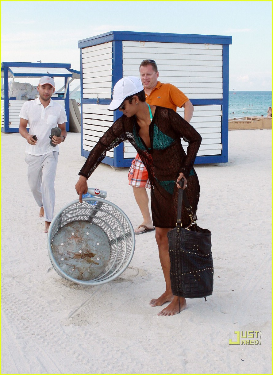 halle berry miami beach babe 09