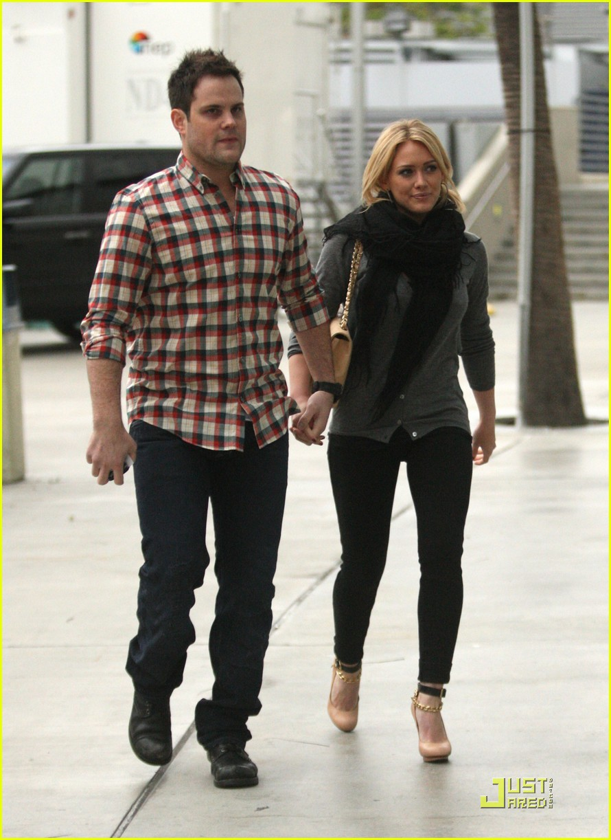hilary duff mike comrie courtside couple 032451555