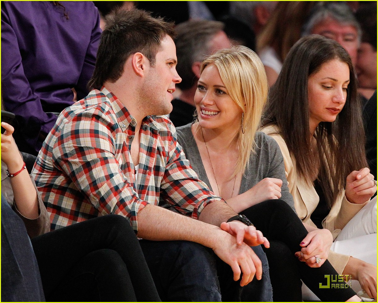 hilary duff mike comrie courtside couple 052451557