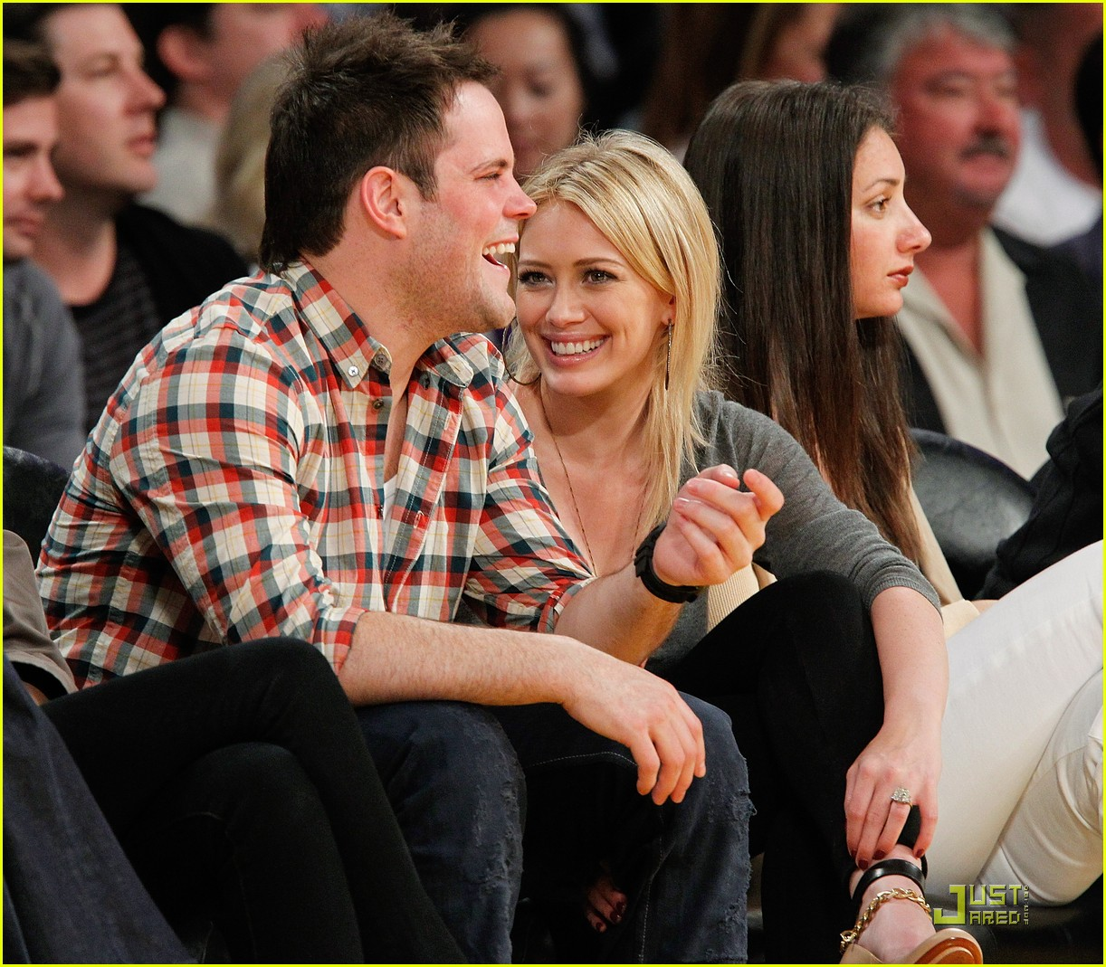 hilary duff mike comrie courtside couple 082451560