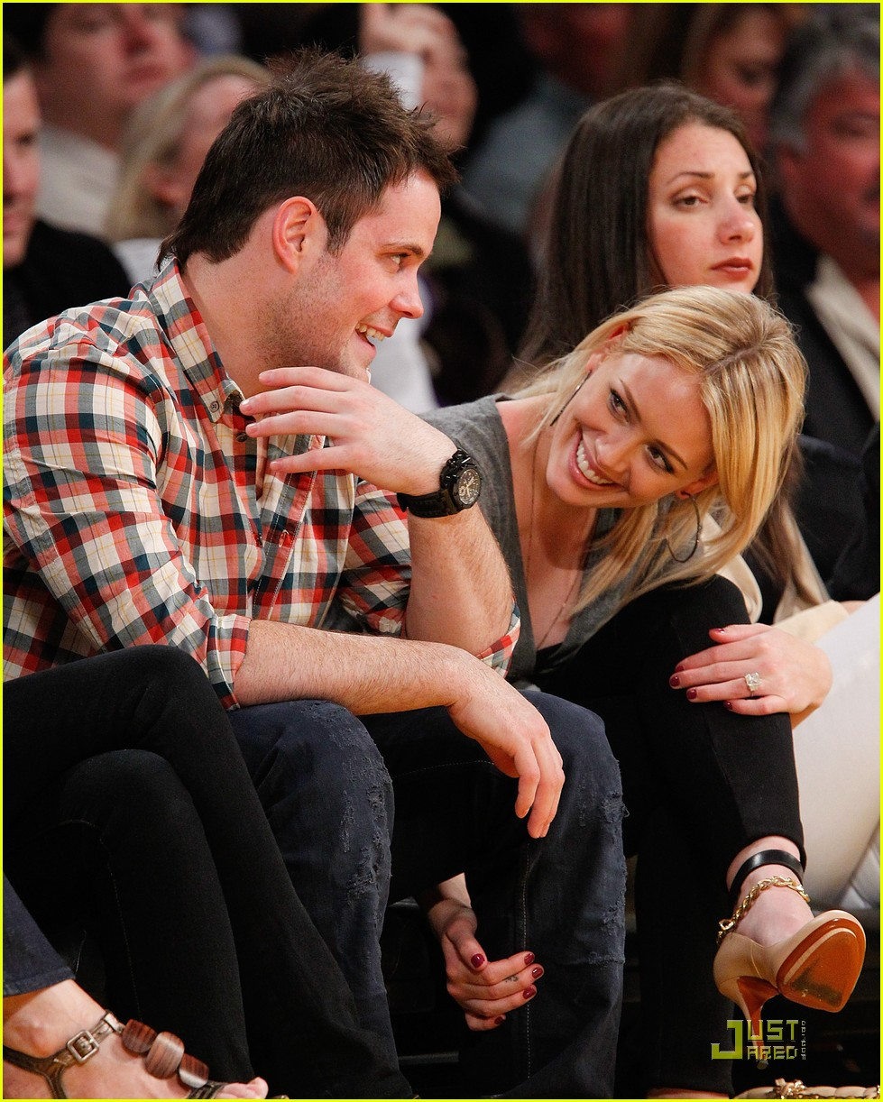 hilary duff mike comrie courtside couple 112451563