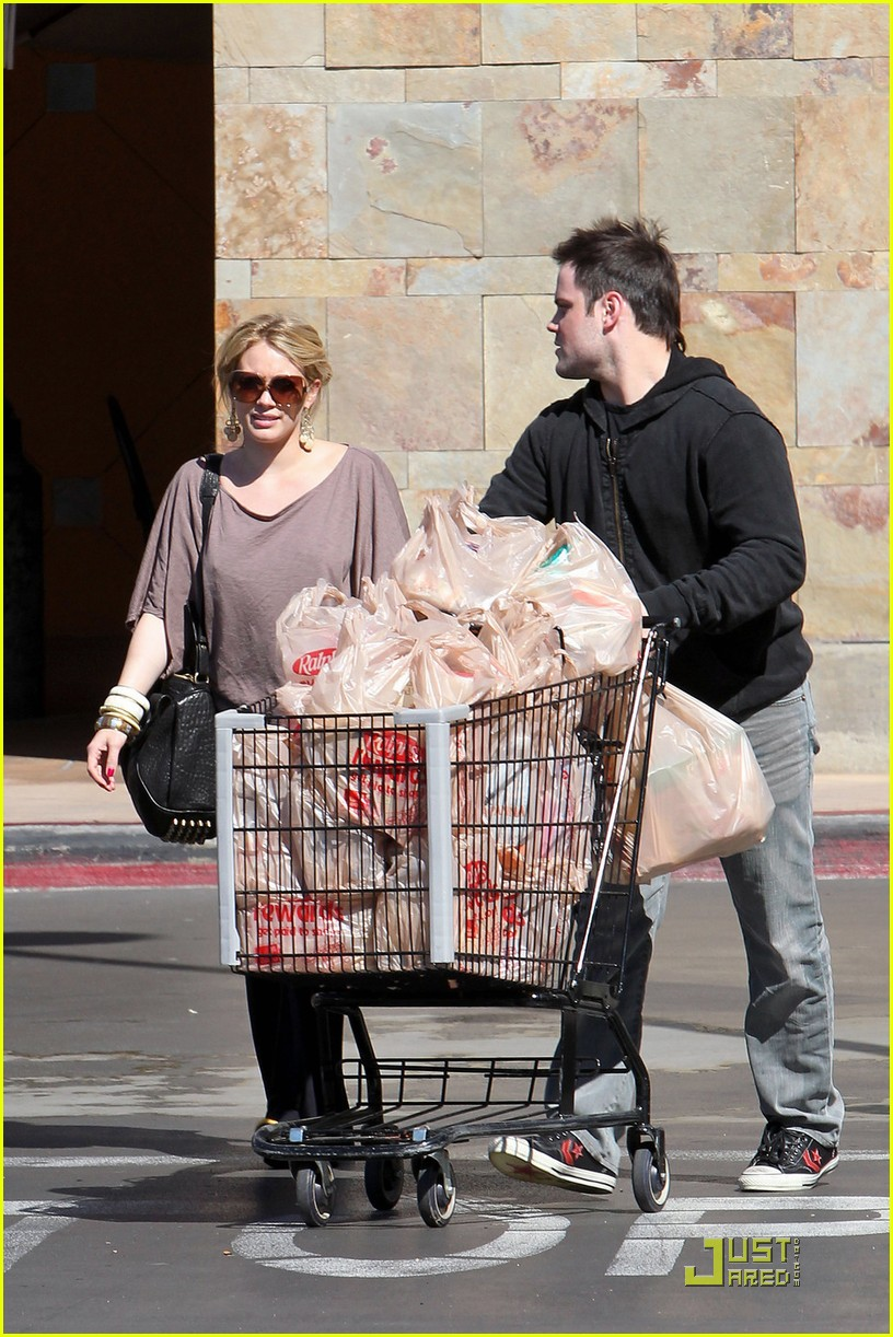 hilary duff mike comrie go grocery shopping 012455139