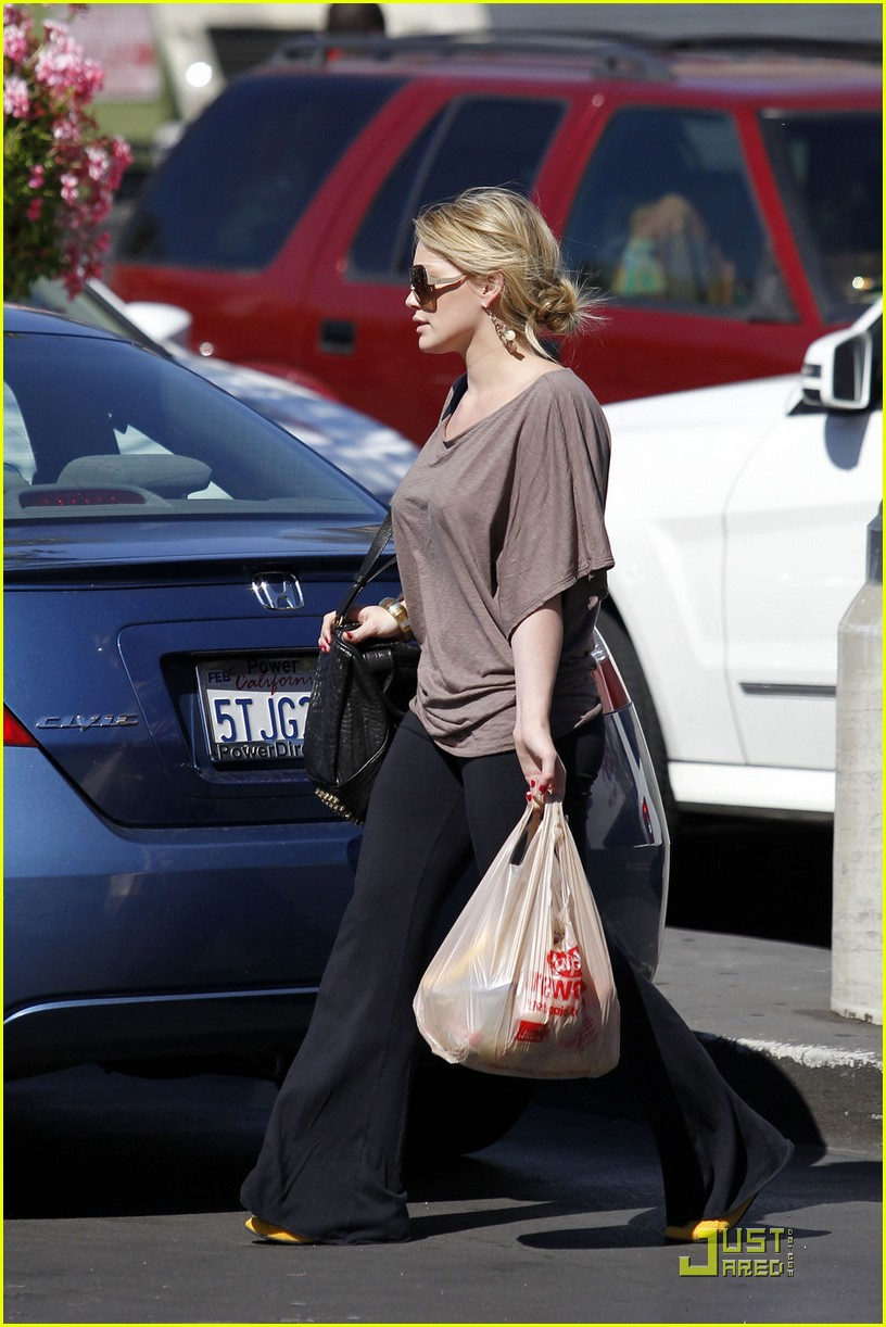 hilary duff mike comrie go grocery shopping 042455142