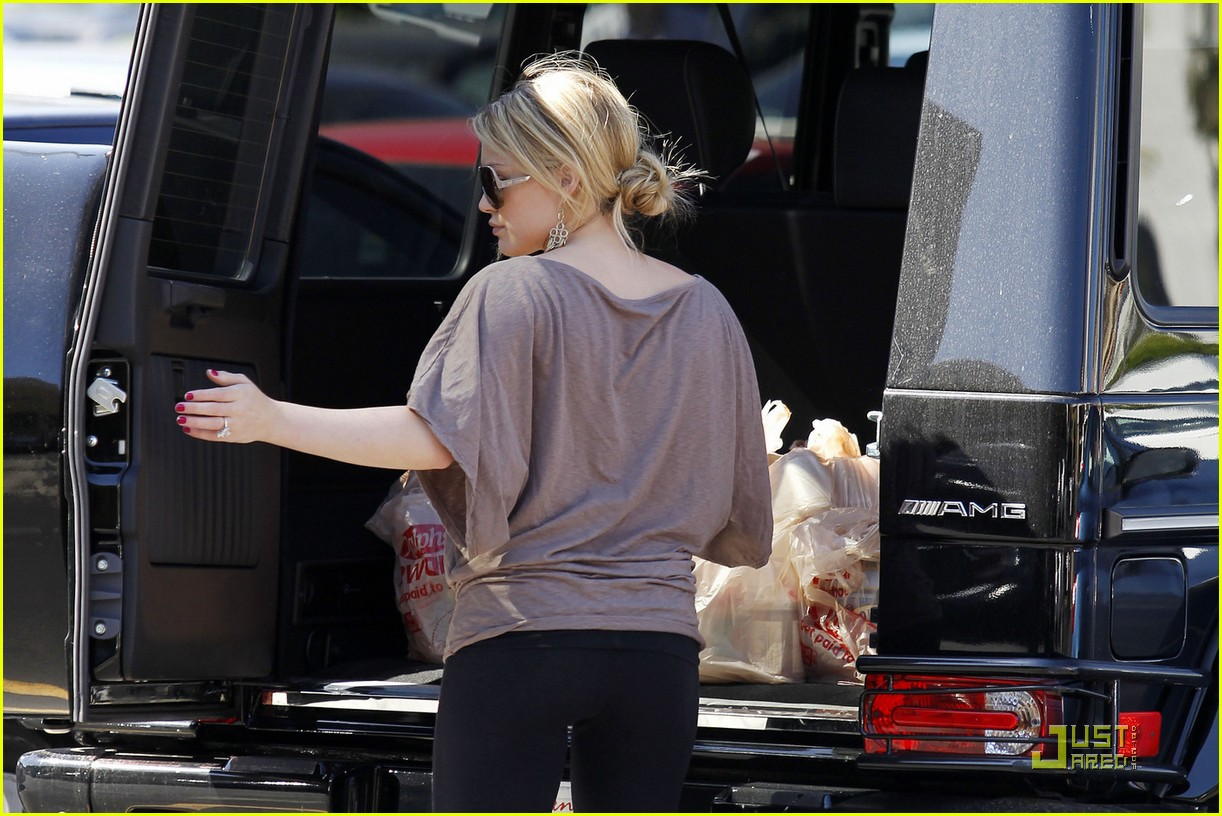 hilary duff mike comrie go grocery shopping 05