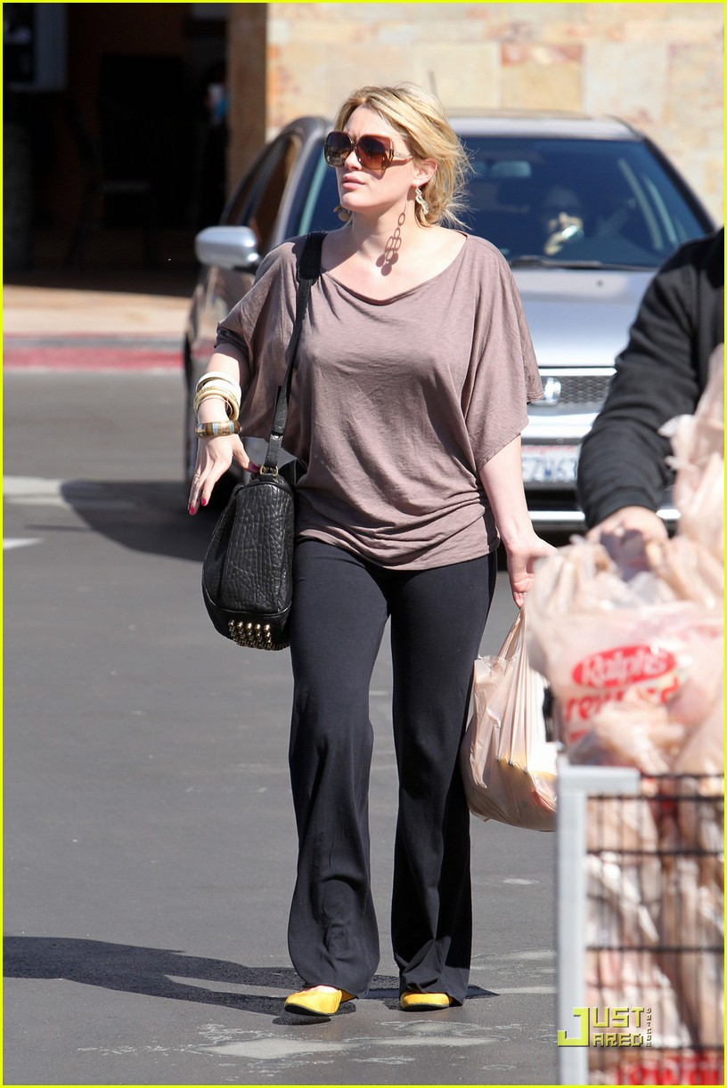hilary duff mike comrie go grocery shopping 082455146