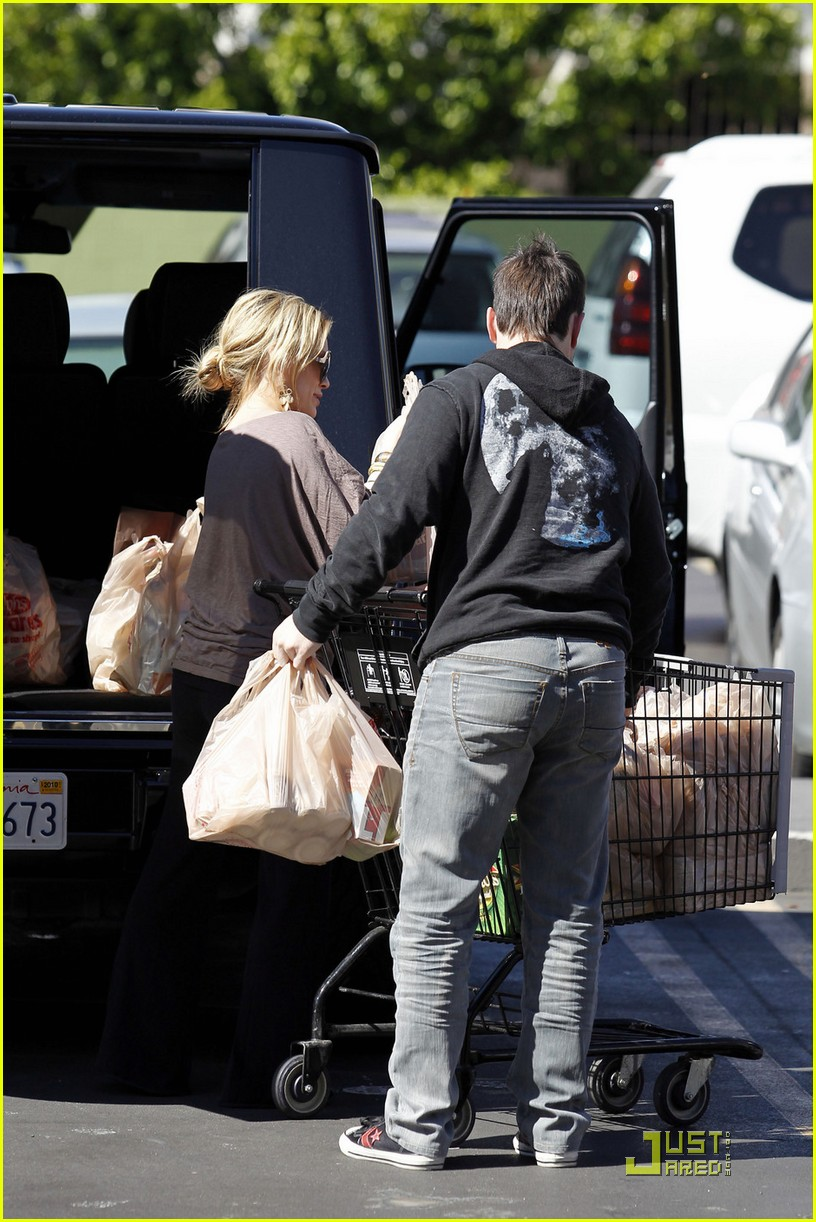 hilary duff mike comrie go grocery shopping 102455148