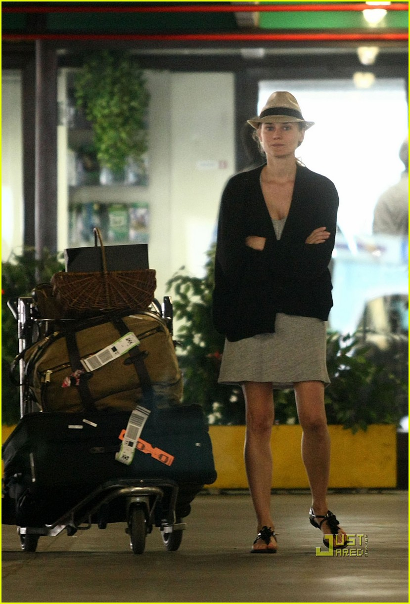 diane kruger joshua jackson hug kiss rome airport 022450015