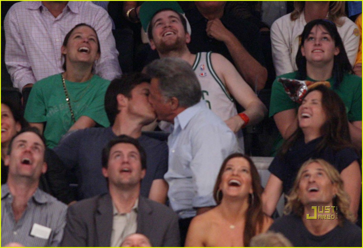 jason bateman dustin hoffman kiss lakers game 01