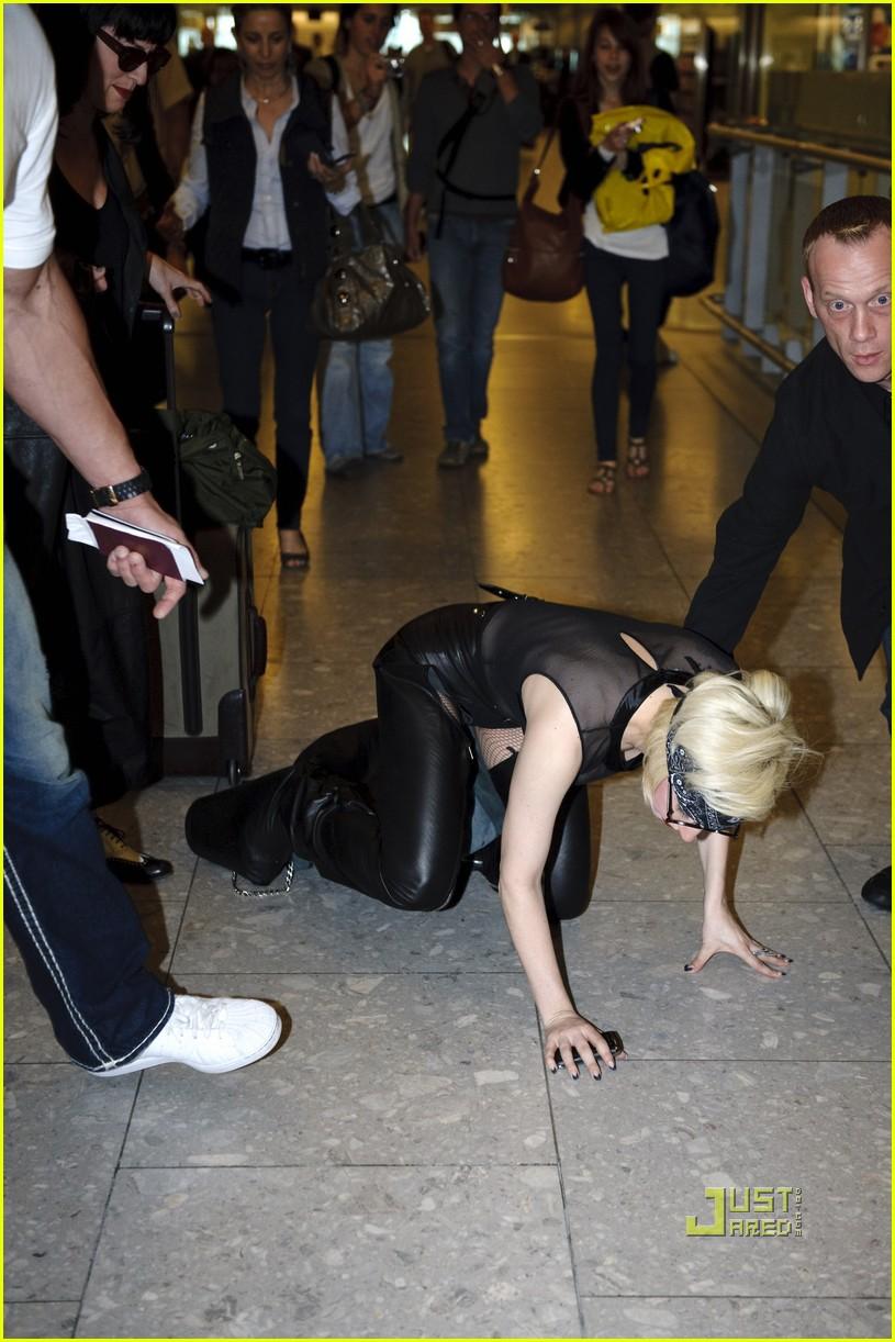 lady gaga falling down 082460931