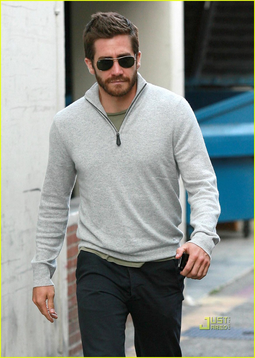 jake gyllenhaal leaves medical building 03