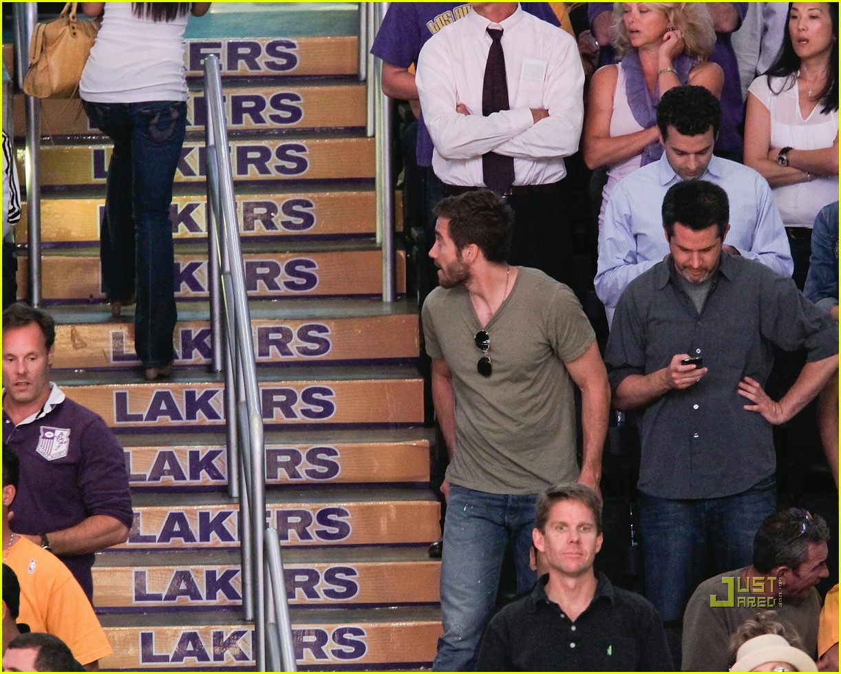 jake gyllenhaal wandering eyes at game 02