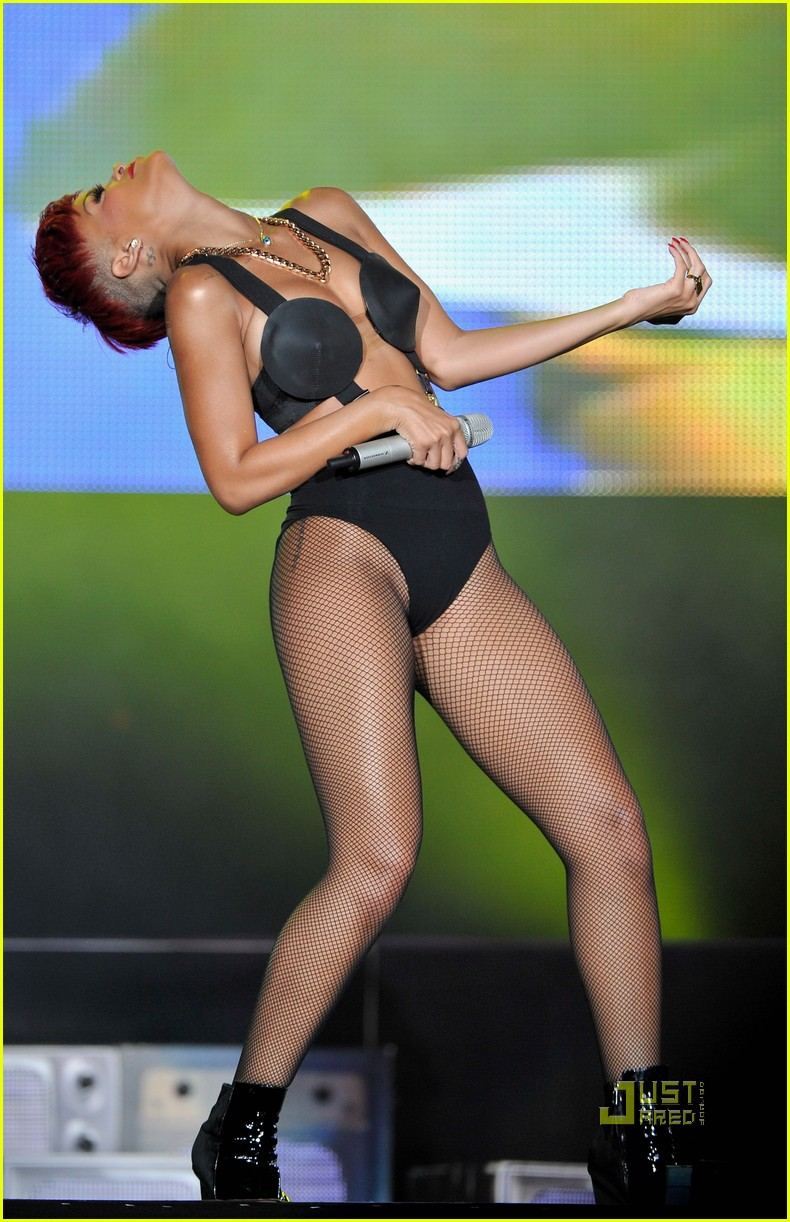 rihanna red hair 06