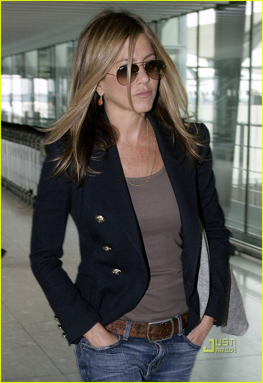 jennifer aniston heathrow airport blazer 012468365