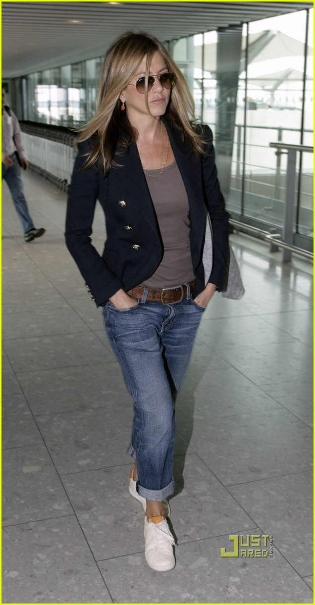 jennifer aniston heathrow airport blazer 02