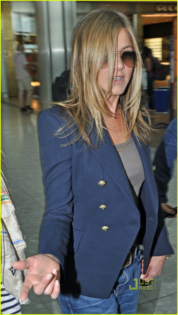jennifer aniston heathrow airport blazer 03