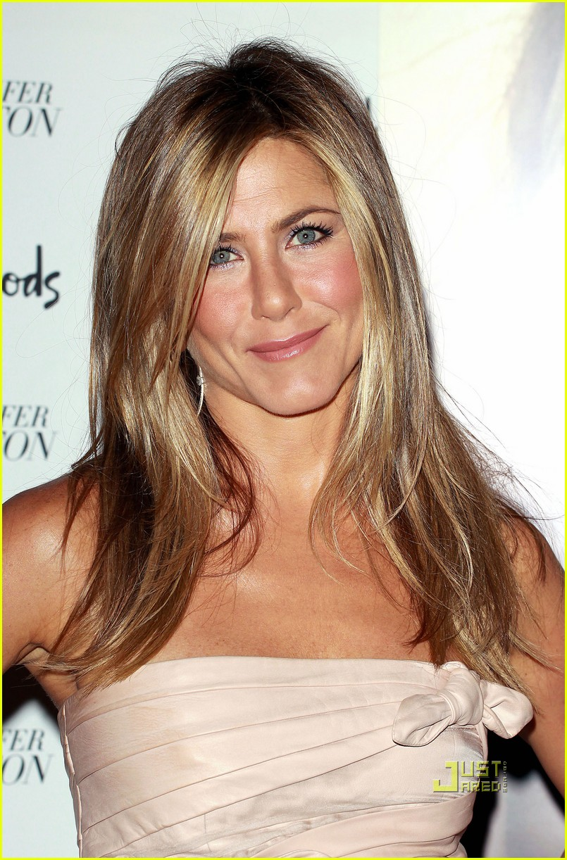 jennifer aniston debut fragrance launch harrods 05
