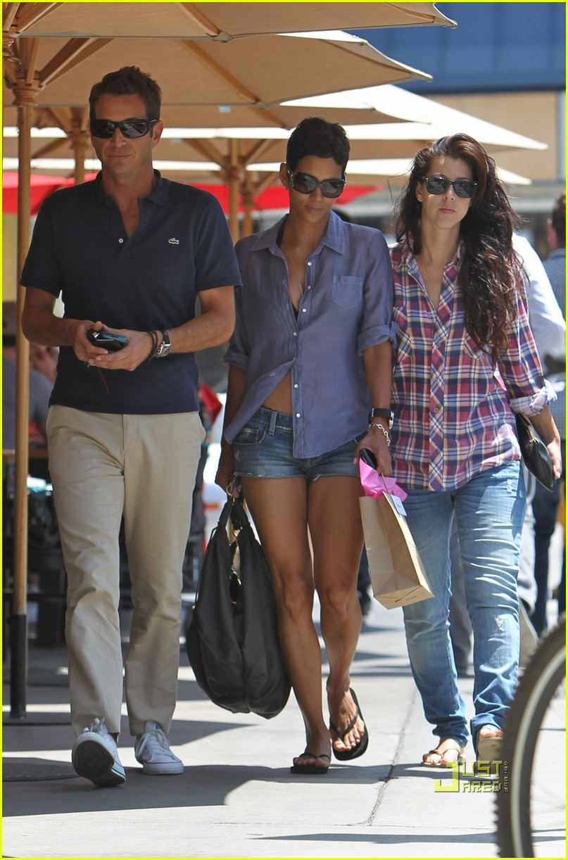 halle berry toast lunch friends 032468317