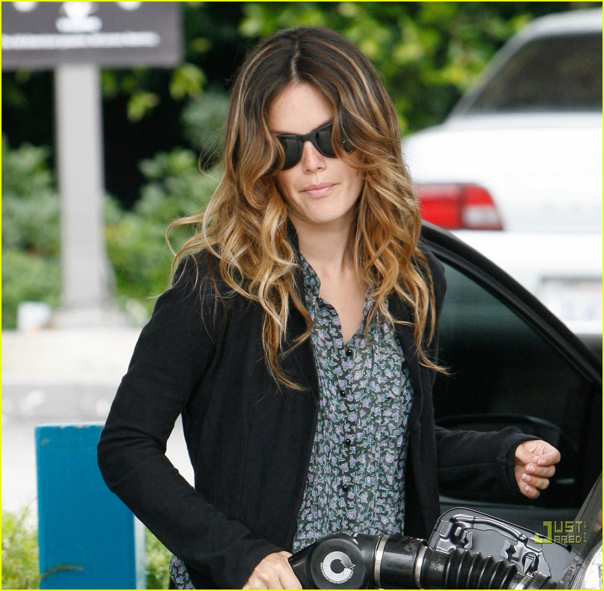 rachel bilson gas pumping princess 06