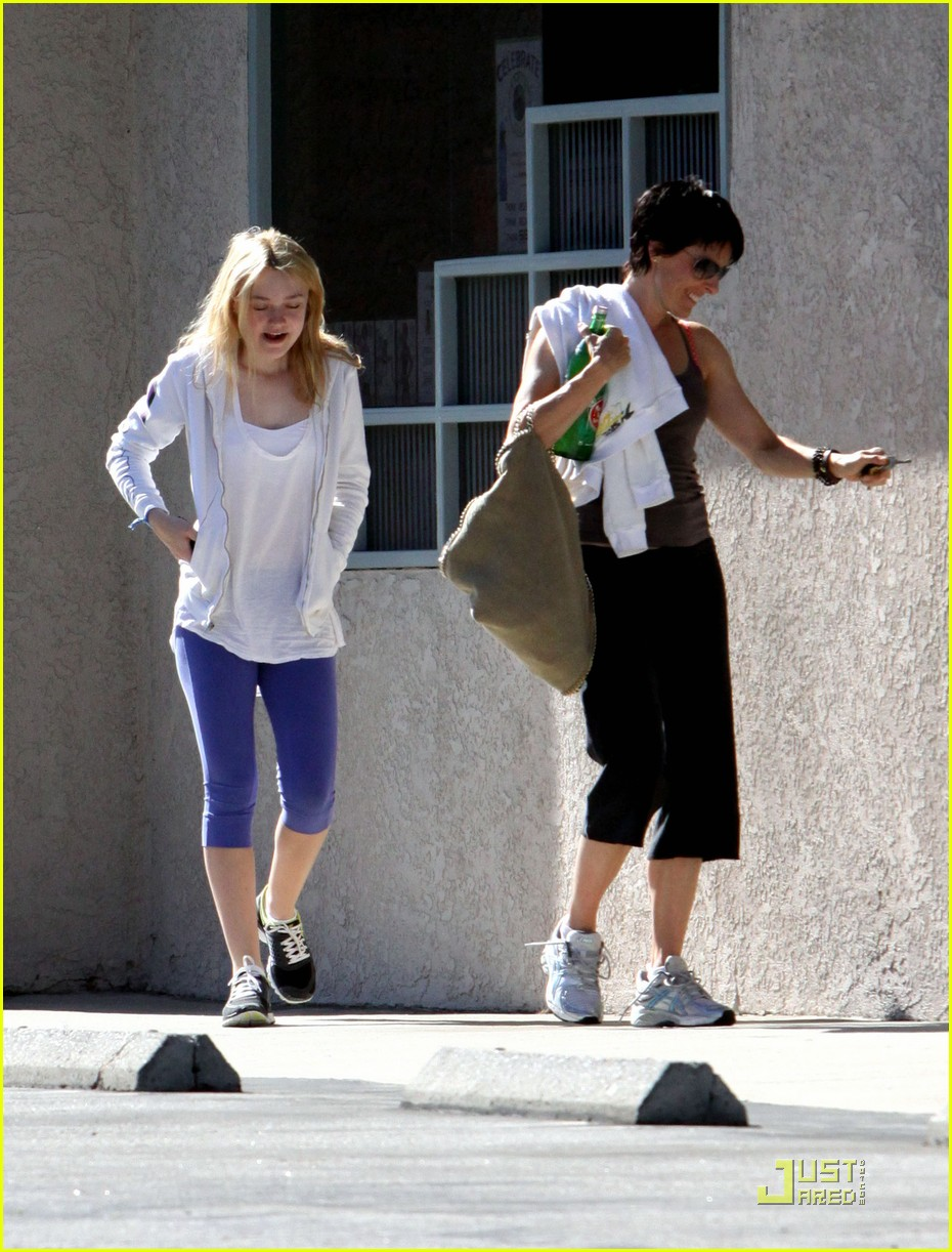 dakota fanning shapes up 072466239