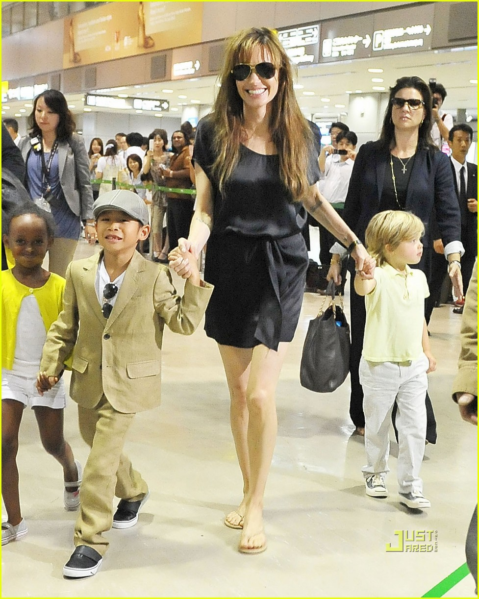 angelina jolie japan airport kids 03