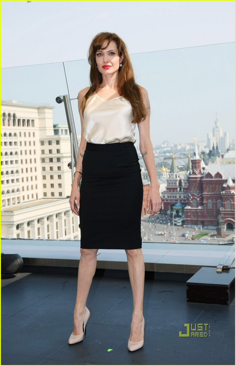 angelina jolie russia salt photo call 04
